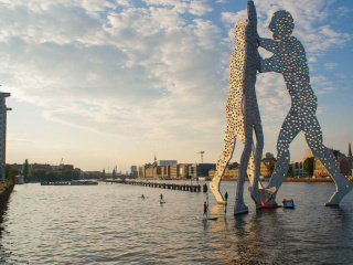 Molecule_Man_on_the_spree_river