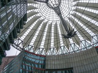 das_imposante_Dach_vom_Sony_Center