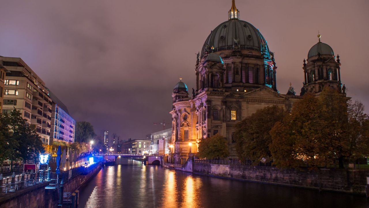 During an evening walk through Berlin, the city guides will show you their personal favourite places, including dinner.
